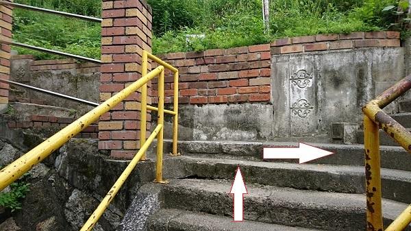 地下道を抜けたら階段を右へ