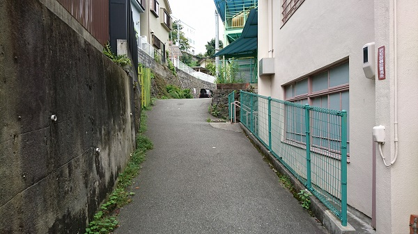 幼稚園沿いに行く