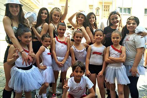 Cheerleaders profesionales y el grupo de Gi Shows