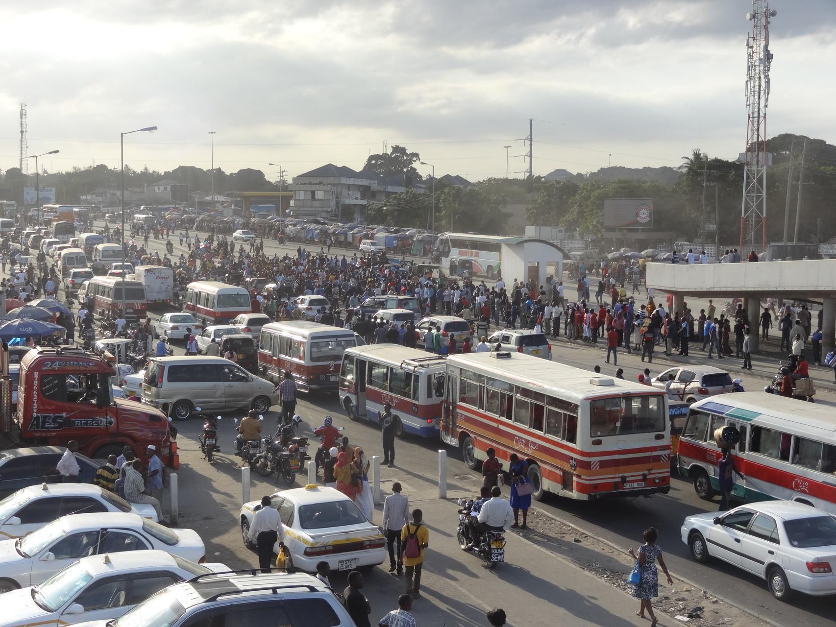 Straßenverkehr in Dar es Salaam.