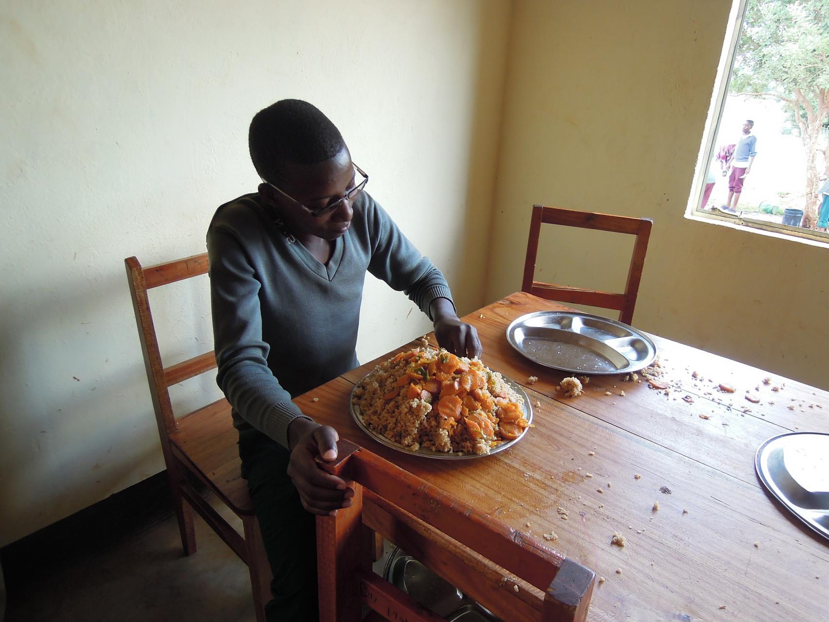 Simon mit einer riesigen Portion Essen. Und glaubt mir, das schafft er!