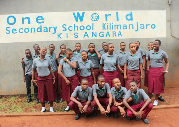 Schülerinnen und Schüler nach Bestehen ihrer Prüfung auf einem Gruppenbild. Sie tragen vom VFL Waldkraiburg gespendete Poloshirts.