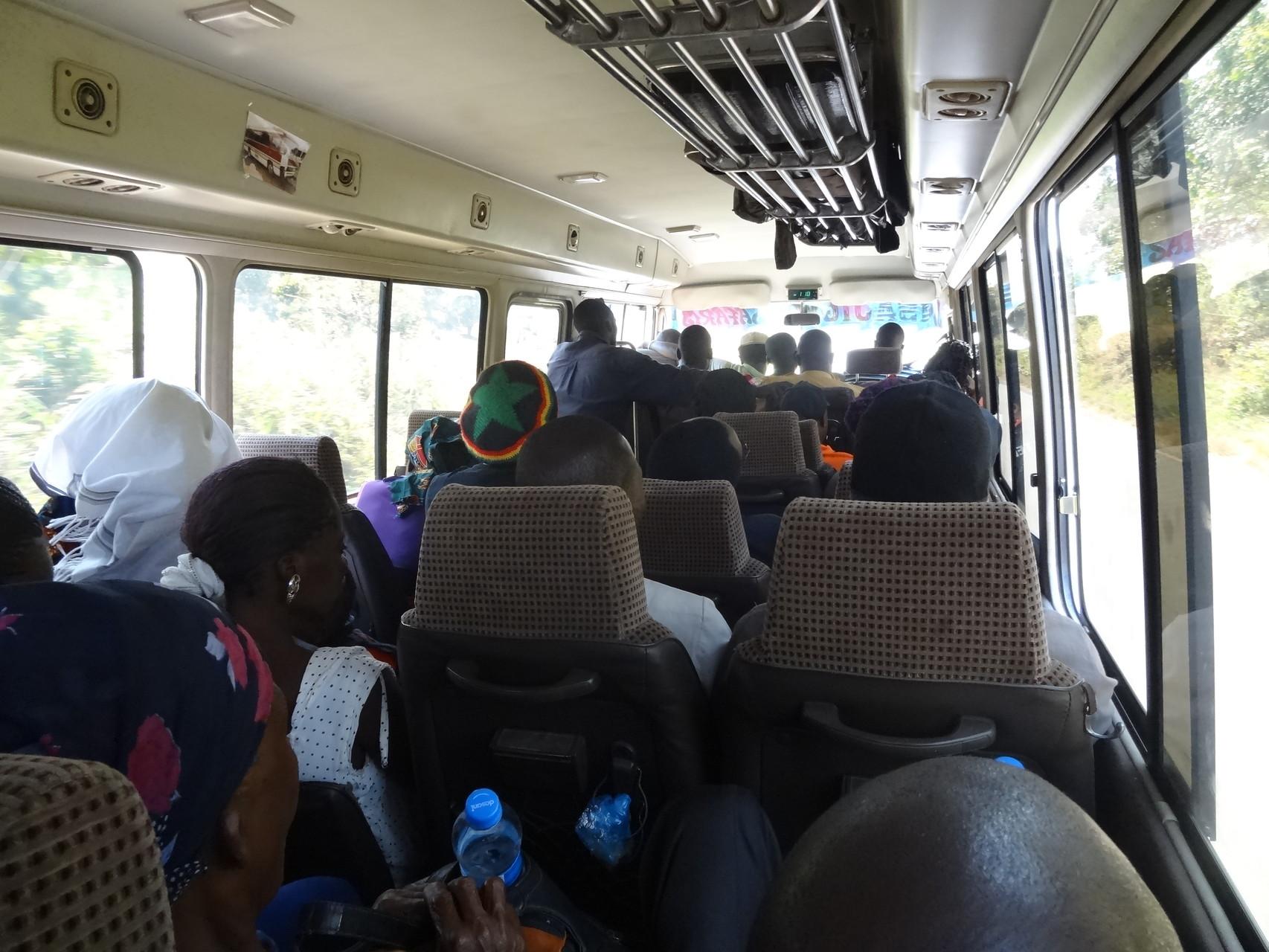 Blick in einen Bus: Das Standard-Transportmittel in Tansania.