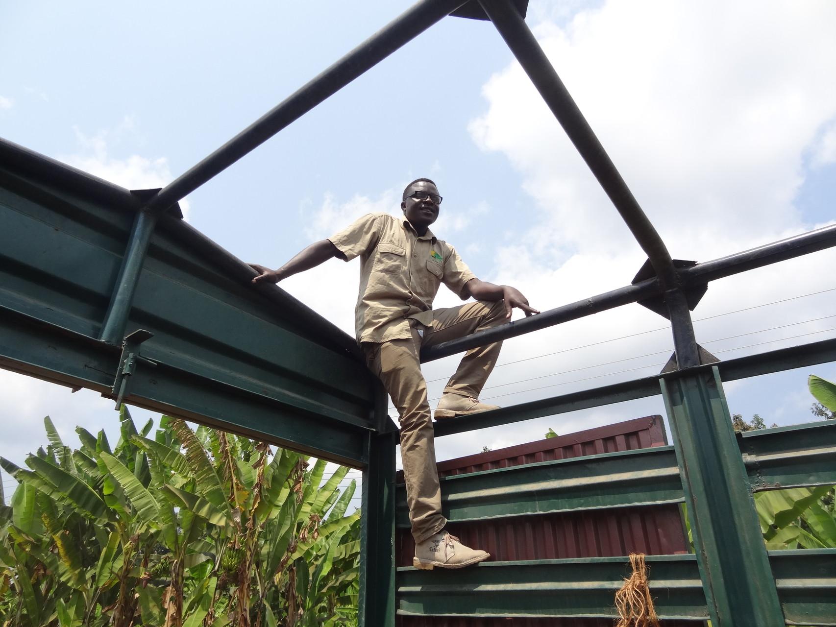 Unser Guide James auf dem Dach eines Lasters.