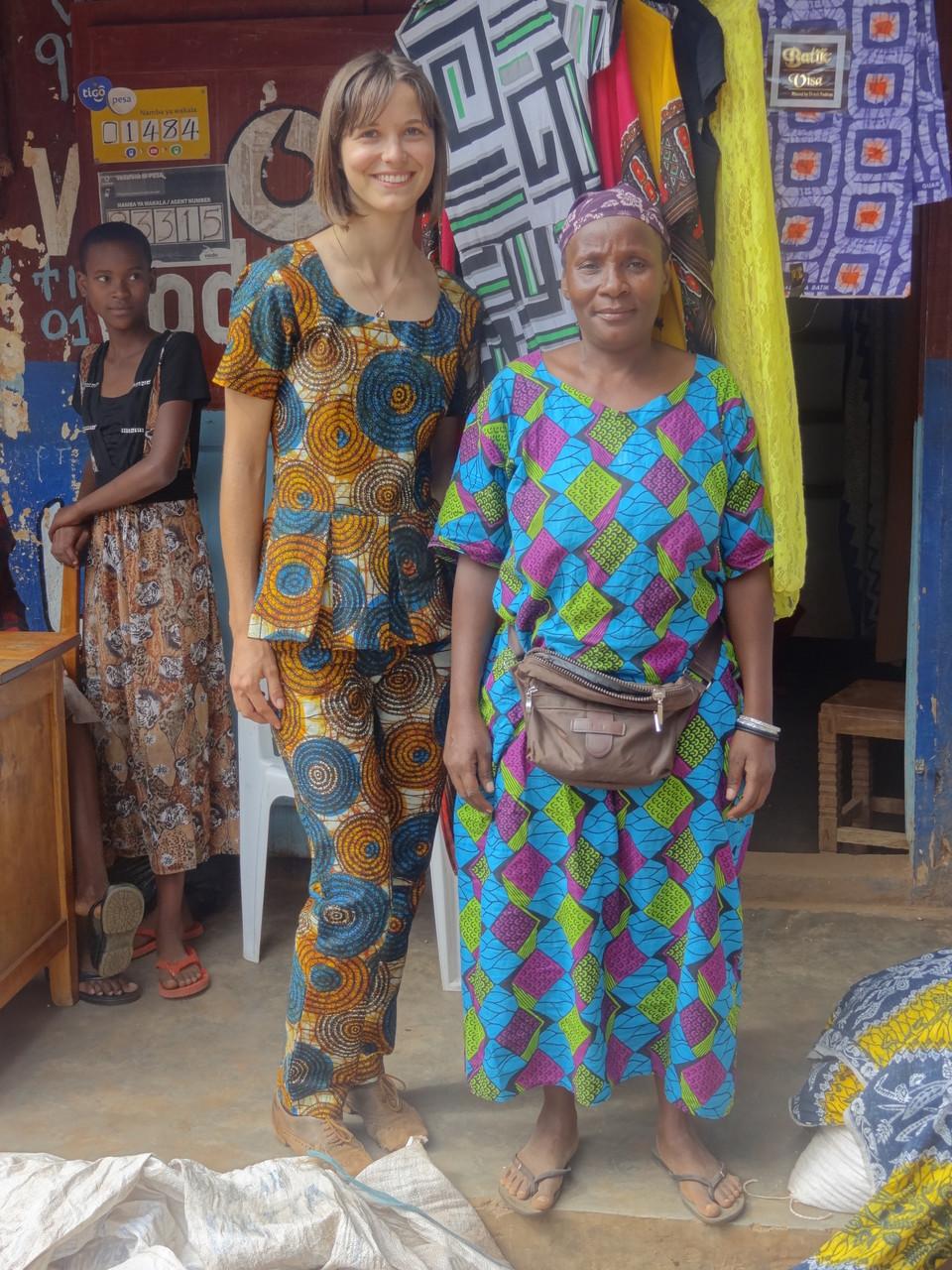 Lotte und tansanische Mama auf dem Markt