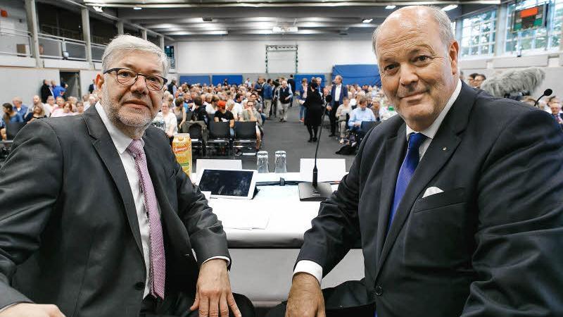 BM König (links) und (EX)Innenminster Grote (CDU) bei der Einwohnerversammlung am 18.09.2018 in der Sporthalle Boostedt
