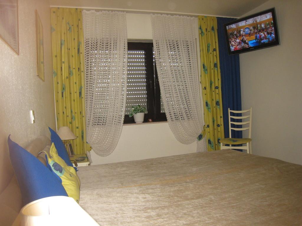 Schlafzimmer mit  Flachbild-TV