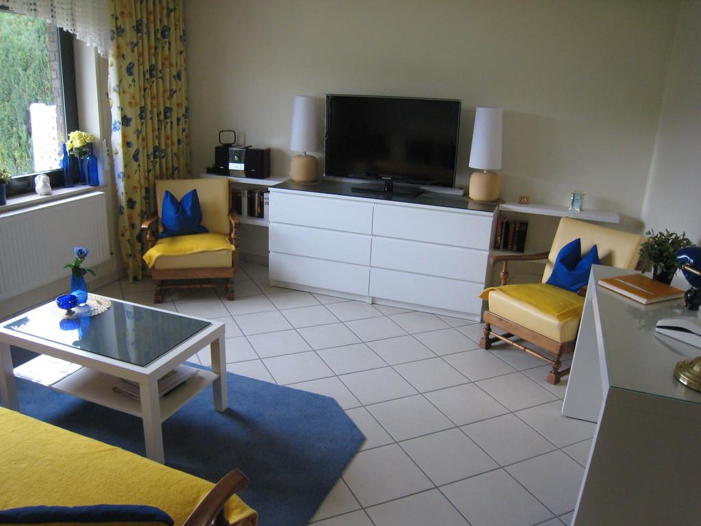 Wohnzimmer mit großem Flachbild-TV