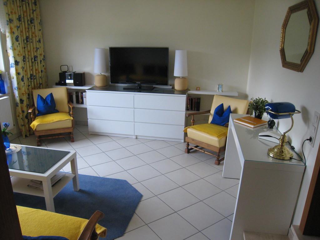 Wohnzimmer mit  Schreibtisch (W-Lan und Telefon)