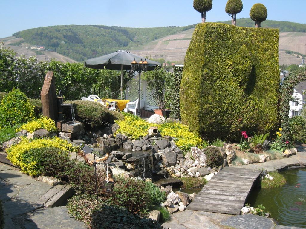 """Teichanlage mit """"Wasserfall"""" und Grillplatz"""