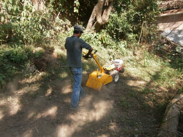 学校敷地内の畑のお手入れを今後この耕運機で行っていくわけです。