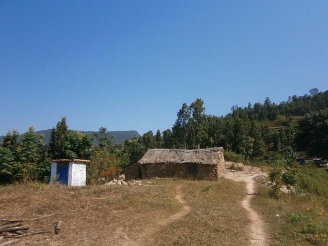 以前使っていた古い建物(右)とトイレ(左)