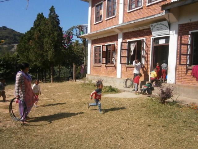 建物を出ると、子供たちが遊んだり運動したりするためのスペースも。