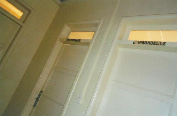 上から各部屋に電線を下ろしてこのようにしました。