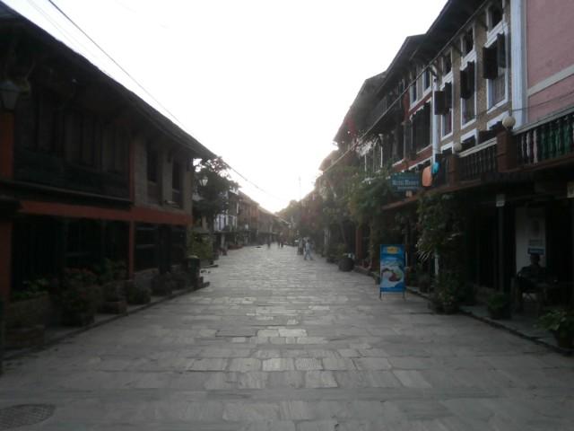 石畳が印象的なバンディプルの街並み。