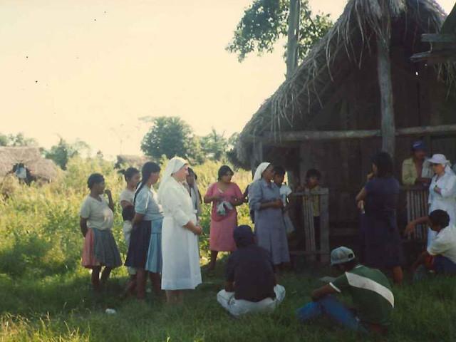 36㎞の村 大人たちはシスターの宗教の話に聞き入る