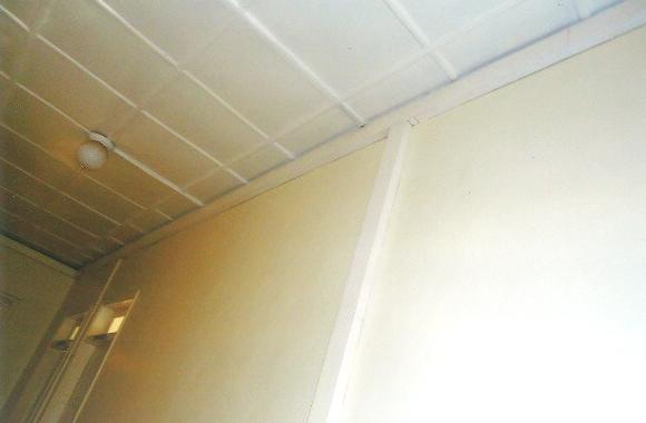 天井から下に電線を下ろしたので、T型になっています。