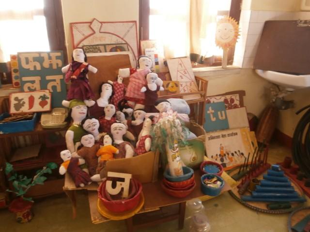 先生たちの創意工夫満載の手作り教材やおもちゃがたくさん。