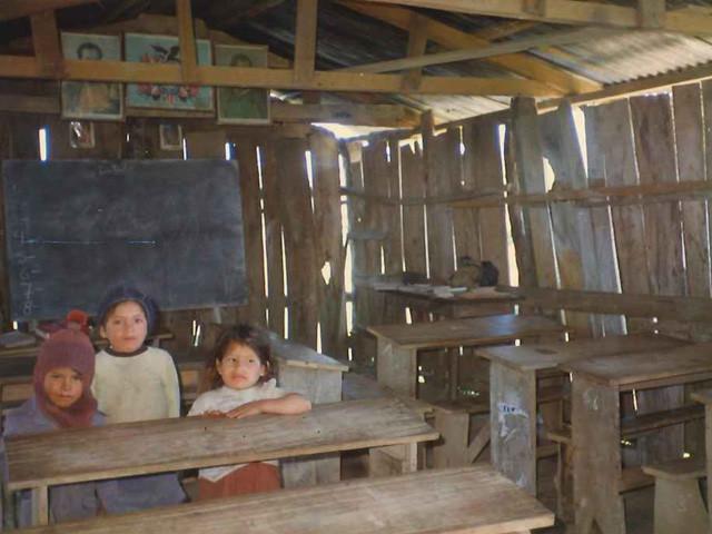 36㎞の村の学校 床は土のままなので雨が降ると、どろどろ