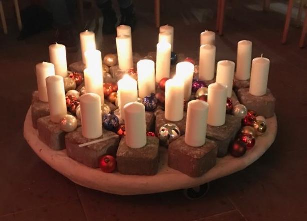 Glockenklang und Kerzenschein - ein schöner Start für die Lesung in der Handorfer Kirche.