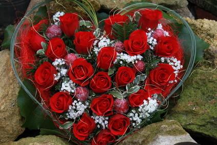 Herz mit roten Rosen zur Beerdigung