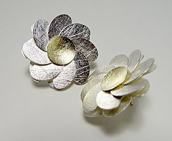 Blumenohrstecker • Silber 925, GelbGod 750, aus der Goldschmiede Martin Wittwer • Schmuck & Objekt in Regensburg, Gesandtenstrasse 16