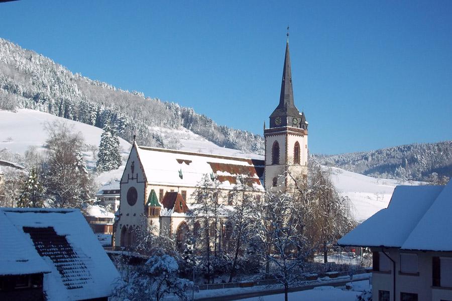 Blick vom Muserhof auf die Dorfkirche Nordrach, Winteransicht