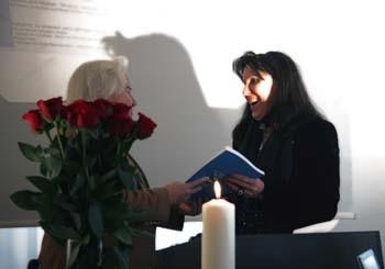 Übergabe der Festschrift von Frau Margarethe Laurent-Cuntz an Beatrice Ganz