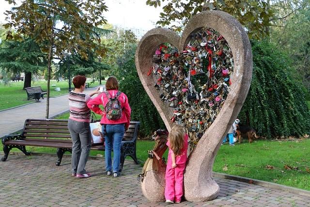 Typique de la Russie et à l'instar de ce qui se fait par exemple à Paris sur le Pont des Arts, cette sculpture accueille les cadenas scellant l'amour des jeunes mariés. Cliché Pierre BAZIN