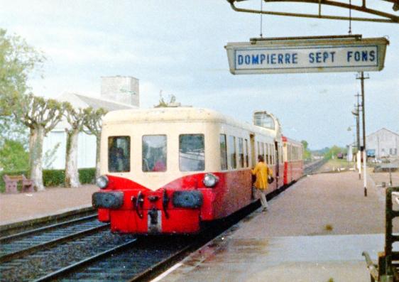 """Dompierre-Sept-Fons-003. Autorail série X 3800 """"Picasso"""". Train 8486 Paray-le-Monial - Moulins. Cliché J.C. Morand. Mai 1972"""