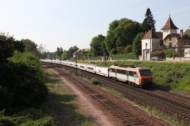 Le 15 juillet 2013, suite à l'accident de Brétigny, le train 474 Joan Miro a été détourné via Saincaize, le Bourbonnais, Melun et Juvisy. Il est vu ici à Veneux-les-Sablons, derrière la BB 26061
