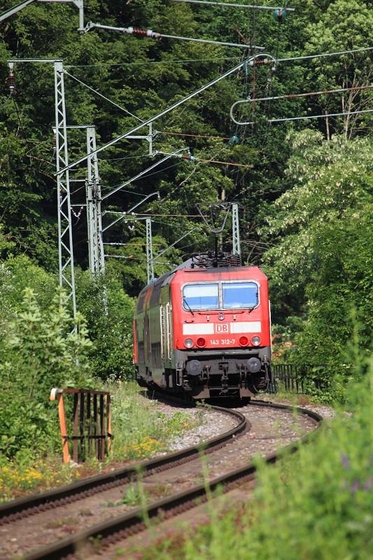A Posthalde, dans la rampe de 55 mm/m, la 143-312 pousse sa rame de voitures à deux niveaux vers Titisee et Neustadt. Cliché Pierre BAZIN. 24 juin 2010