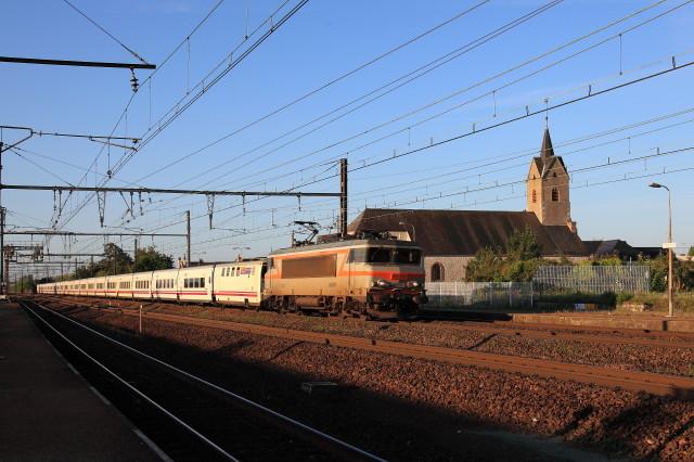 Le même train 474 à Cercottes, dans le Loiret, au crochet de la BB 7261, le 31 juillet 2011. Cliché Pierre BAZIN