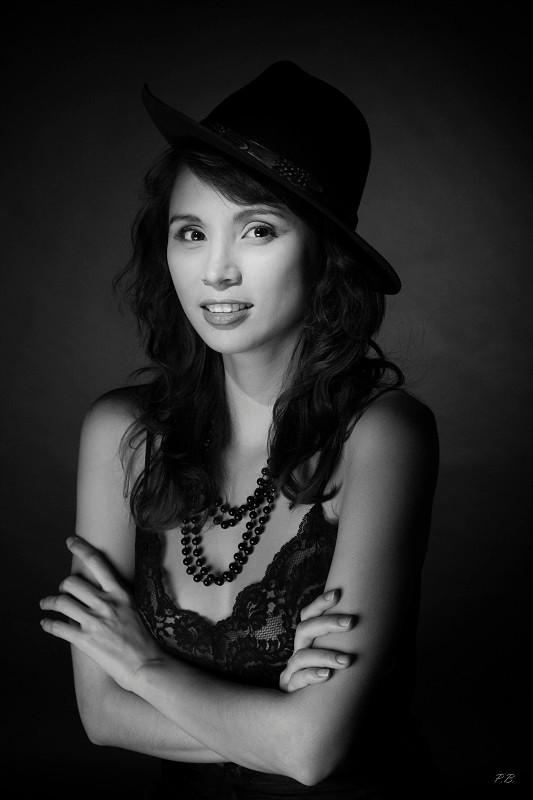 Le sourire de Mai-Ly, portrait studio en clair-obscur