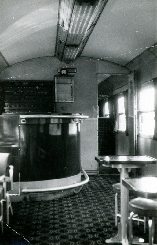 Vue intérieure d'une voiture ASmyi 1ère classe/bar. Cliché Jacques BAZIN
