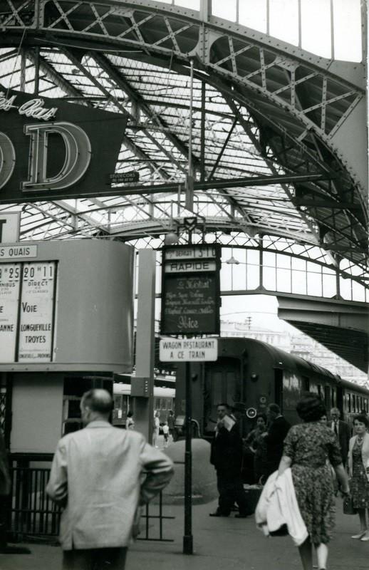 """A l'extrémité de la voie 7 de la gare de Paris-Est, la plaque annonçant le départ du """"Mistral"""" pour Nice à 13h10. Cliché Jacques BAZIN. 24 juillet 1962."""