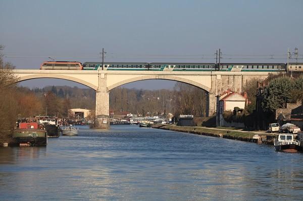 Viaduc de Saint-Mammès sur le Loing. 9 mars 2010. Train EN 206 Roma-Termini - Paris-Bercy. Cliché Pierre BAZIN