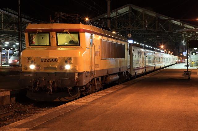 """Dans la nuit du 30 septembre au 1er octobre 2011, c'est la BB 22380, en livrée de l'activité """"Infra"""" de la SNCF, qui a en charge le Talgo 477 Paris - Barcelone. Le train est vu lors d'un arrêt de service à Brive-la-Gaillarde. Cliché Pierre BAZIN"""