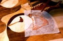 ⑦朱肉が付いた輪郭を糸鋸で垂直に切る。