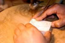 ②木に写し取った図柄を糸鋸で垂直に切り抜く。
