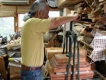 ⑪台木に接着剤を塗り、ズクをプレス機で圧着する