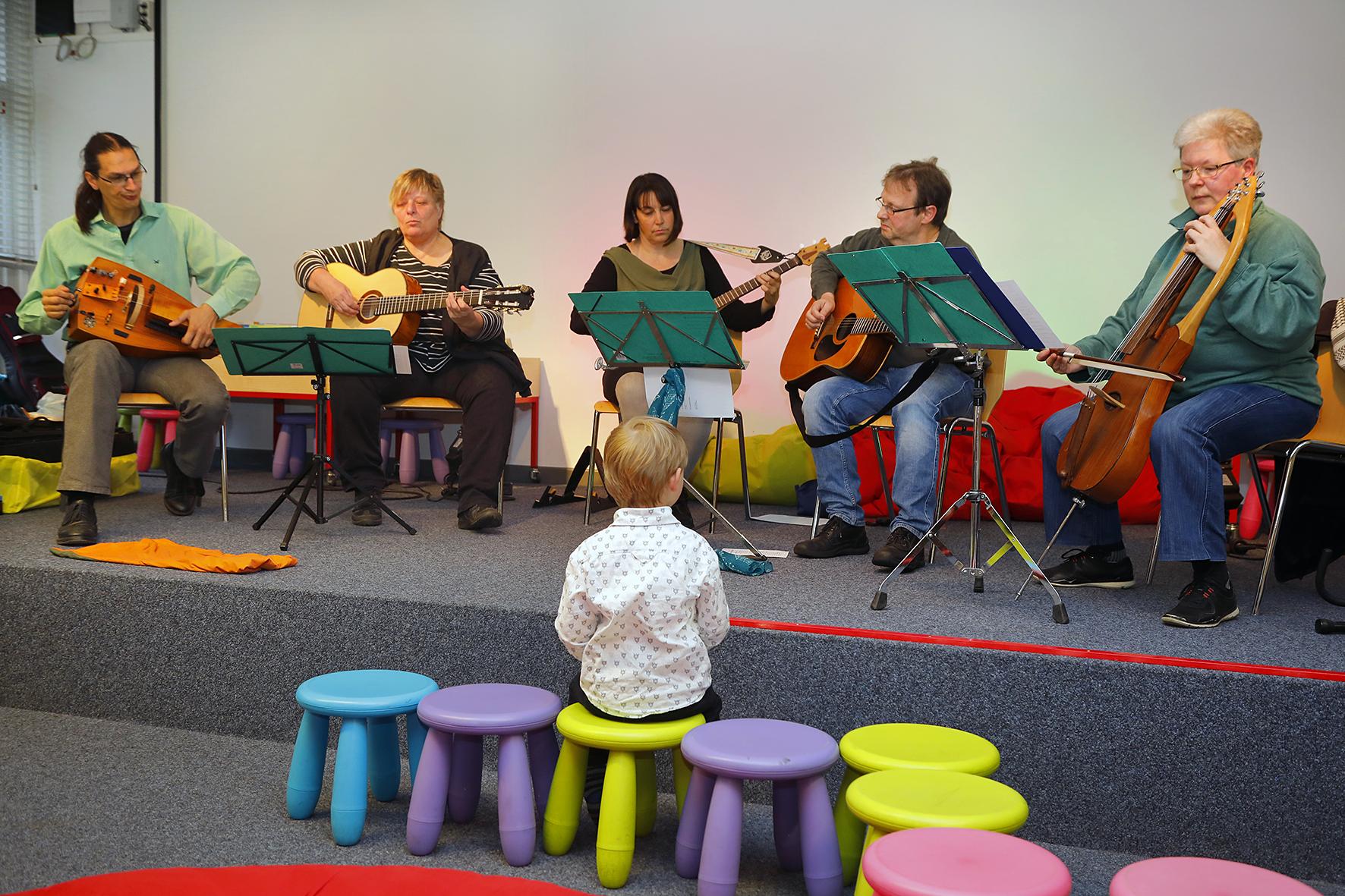 FreitagsMusiker in der Bibliothek am Schäfersee, Foto: Antonia Richter