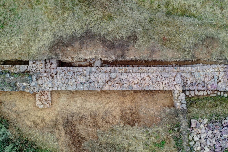 vue aérienne de la muraille en fin de fouille
