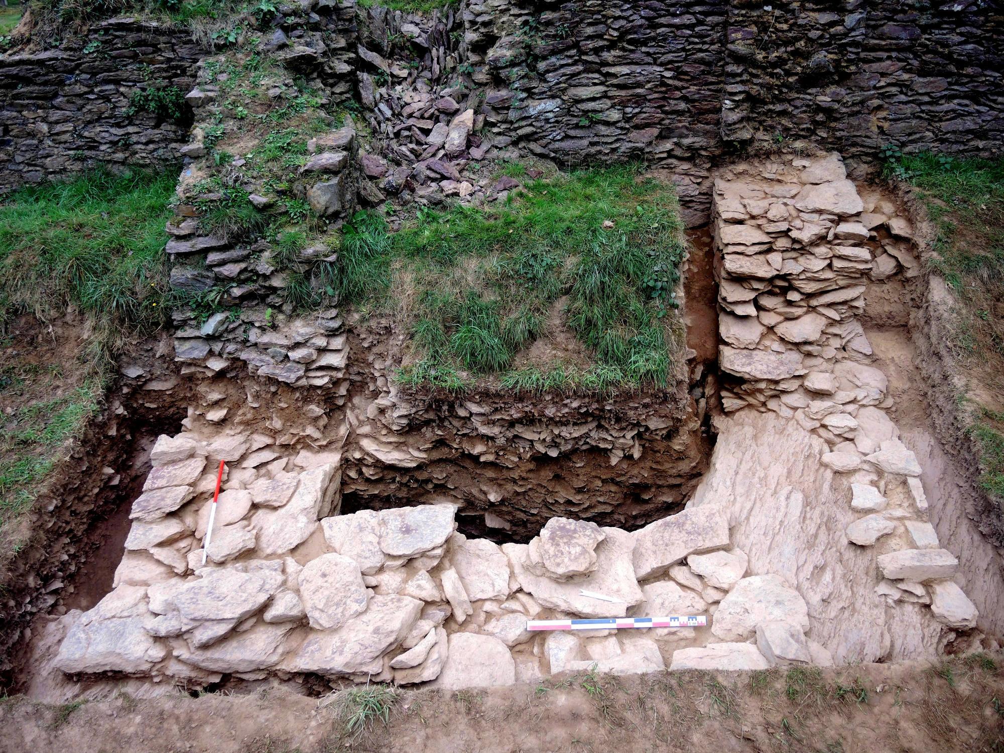 Base d'une tour le long de la muraille