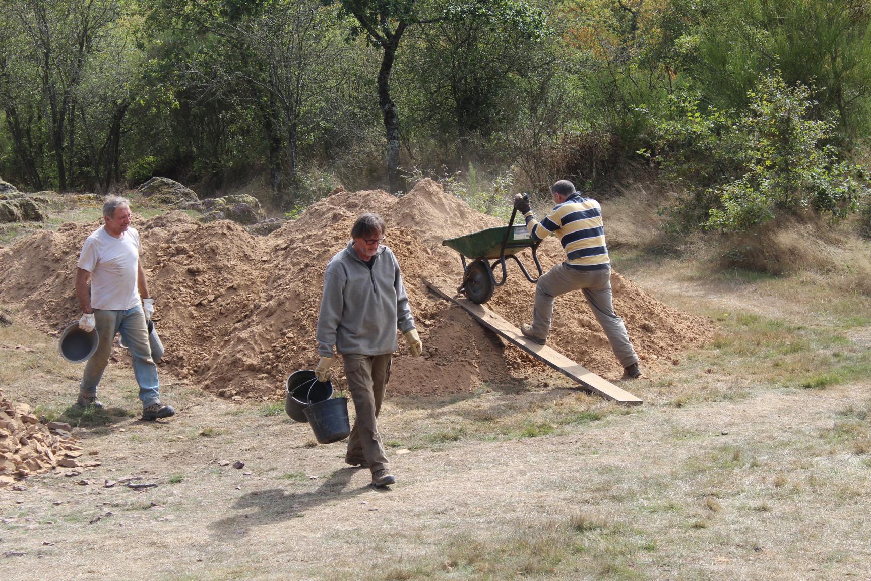 Des tonnes de terre et de pierres sont extraites