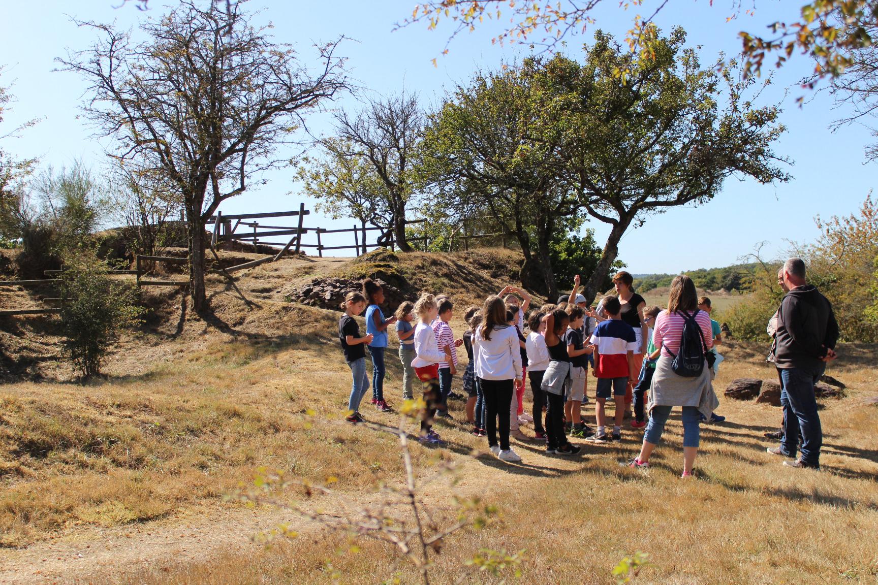 Visite de scolaires durant les fouilles