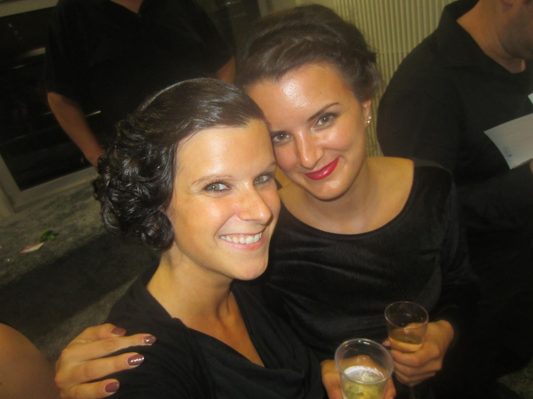 Mit meiner Schwester Miri bei der Premiere-Feier