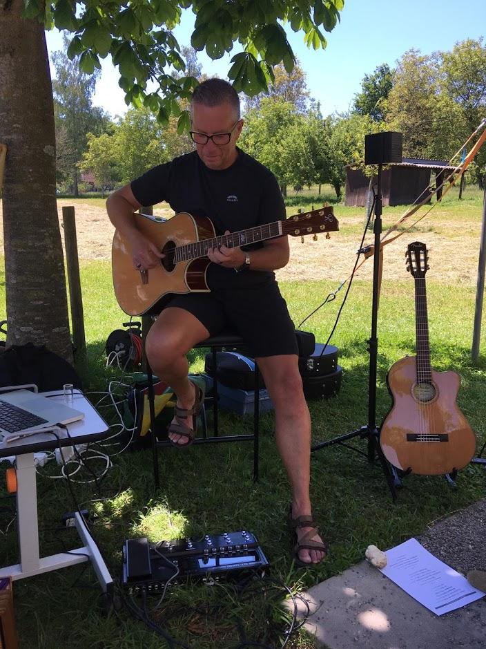 Peter streichelt seine Gitarre