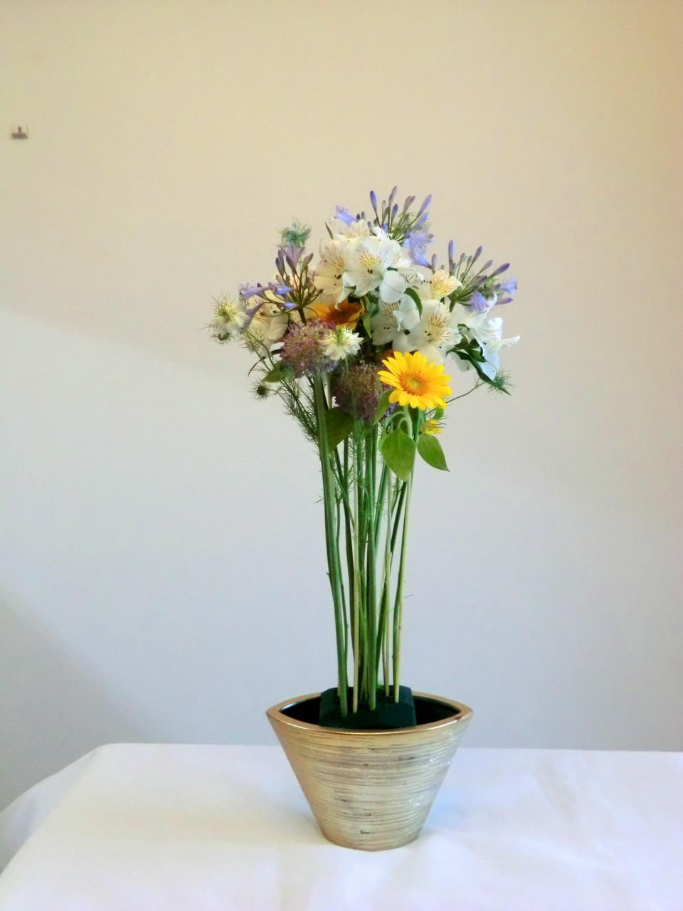 高く挿された花