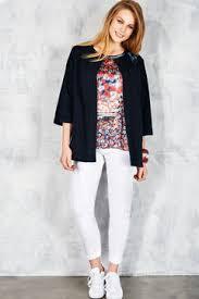 Un jean blanc, une veste en jean et des baskets, look street assuré! (Éléna Miro)